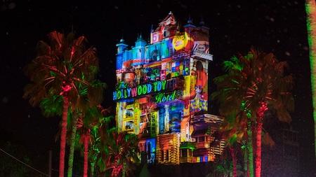 Proyecciones festivas en The Hollywood Holiday Tower Hotel durante la temporada de Navidad