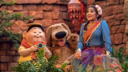 Russ y Dug, Personajes de la película Up de Disney, en el escenario con una mujer con un atuendo tradicional indio