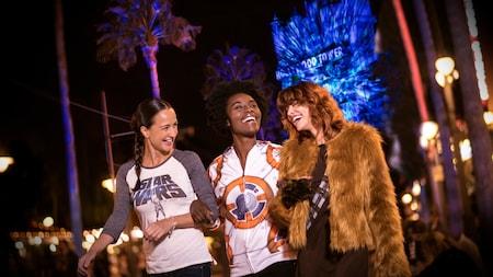 3 jóvenes adultos se ríen juntos en Star Wars Galactic Spectacular