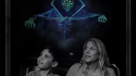 Um menino, a mãe e 3fantasmas em uma foto em que se lê The Haunted Mansion