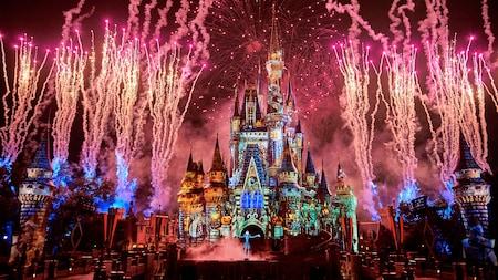 Jack Skellington se tient sur scène devant le Cinderella Castle alors que des feux d'artifice éclatent autour de lui