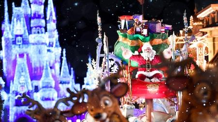 Um Papai Noel sorridente sentado em seu trenó, cercado pelas renas e pelo Cinderella Castle