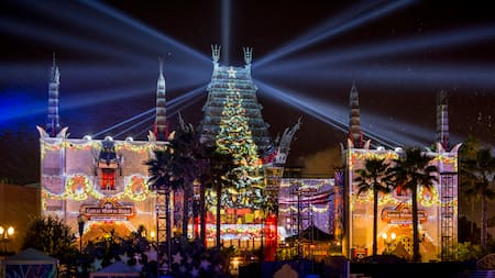 Una exhibición navideña de luces en Grauman's Chinese Theatre en Disney's Hollywood Studios