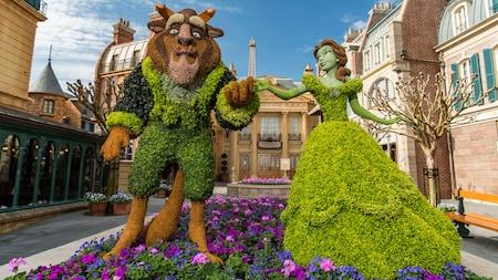 Un jardín de flores diseñado con la apariencia de Belle y Beast tomados de la mano