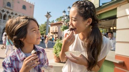 Un petit garçon et une petite fille savourent des confiseries ensemble