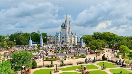 Visitantes en la plaza frente al Cinderella Castle