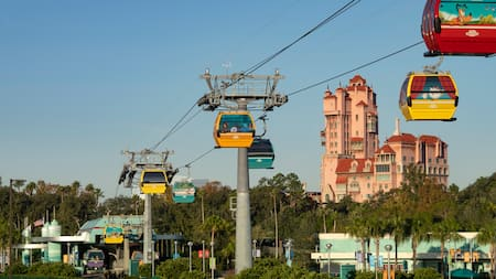Visitantes a bordo de Disney Skyliner cerca de The Twilight Zone Tower of Terror