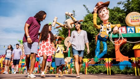 Une famille de 4 marche à Toy Story Land à Disney's Hollywood Studios
