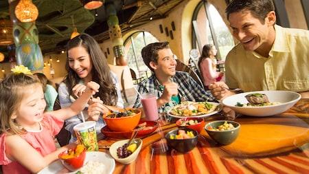 Una familia sonriente en una mesa con comida