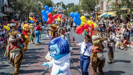 Winnie the Pooh, Chip N Dale y otros amigos de Disney caminando en el desfile Mickey and Friends Band Tastic Cavalcade.