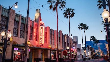 Buena Vista Street iluminada por la noche en Hollywood Land.
