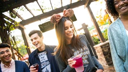 Visitantes jóvenes ríen mientras disfrutan unas bebidas en Wine Country Trattoria