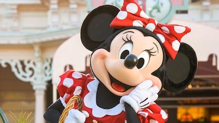 Minnie Mouse posa dulcemente  para la cámara con una canasta
