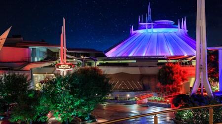 El exterior futurista de Space Mountain