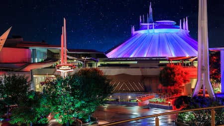 El exterior futurista de Space Mountain