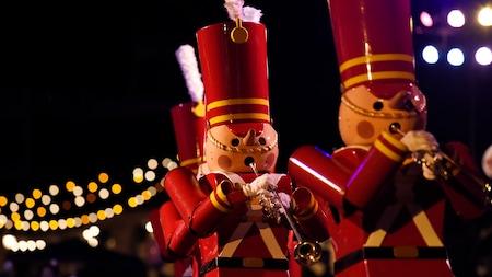 Soldados de juguete posan con sus trompetas
