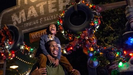 Un papá y su hijo en Cars Land durante la temporada de fiestas en Disney California Adventure Park