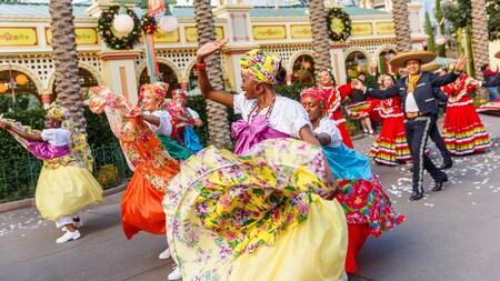 Un desfile de personas de diferentes orígenes culturales, usando vestimenta que refleja su herencia