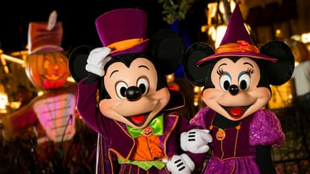 Mickey y Minnie lucen sus mejores disfraces de Halloween en Mickey's Not So Scary Halloween Party