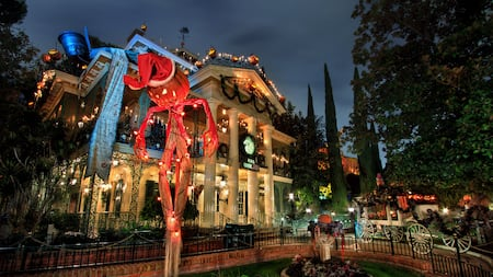 Haunted Mansion decorada con luces festivas