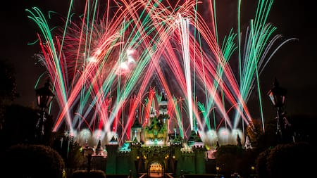 Fuegos artificiales estallan en el cielo sobre Sleeping Beauty Castle