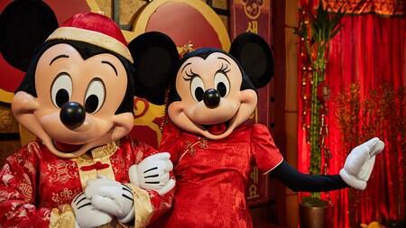 Mickey y Minnie vestidos con trajes festivos