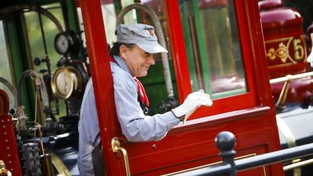 Un ingeniero saluda con la mano a bordo de un tren