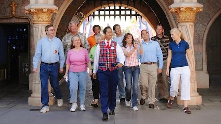 Un guía lidera a un grupo de Visitantes por el recorrido Sleeping Beauty Castle Walkthrough
