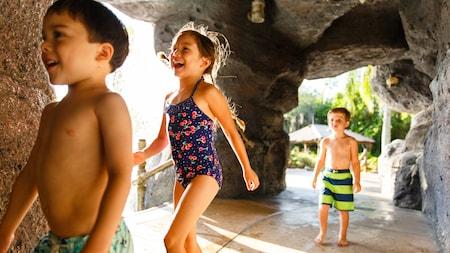 Trois enfants en maillot de bain parcourent la grotte de Ketchakiddee Creek