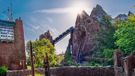 Un tren sube por el monte Everest en Expedition Everest - Legend of the Forbidden Mountain