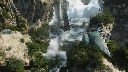 Na'vi montados em banshees das montanhas voam por uma cordilheira de montanhas flutuantes em Pandora