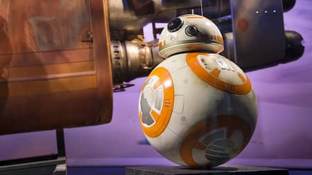 El droide BB8 de Star Wars posa al lado de una réplica de la nave espacial