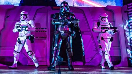 Capitã Phasma segura seu rifle com um stormtrooper armado de cada lado