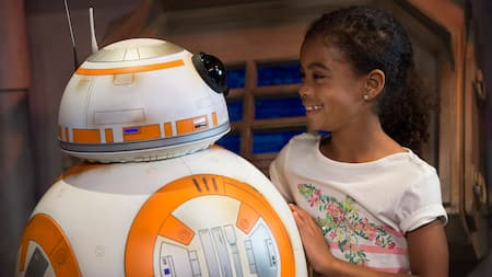 "Una joven Visitante conoce a BB-8 en ""Star Wars"" Launch Bay en Disney's Hollywood Studios"