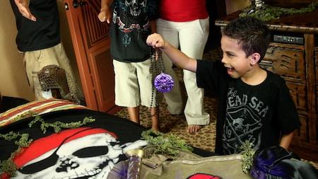 Un niño descubre tesoros en su habitación de hotel
