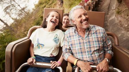Un padre y su hija sonríen mientras pasean en la atracción Expedition Everest