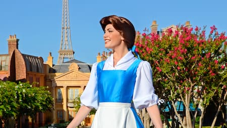 Belle sorri enquanto aguarda os Visitantes durante a experiência de Encontro com Personagens no Pavilhão da França