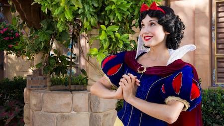 Snow White sorri enquanto aguarda os Visitantes para a experiência de Encontro com Personagens no Pavilhão da Alemanha