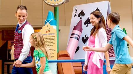 Un grupo de Visitantes entusiasmados siguen a un Miembro del Elenco durante un recorrido en Disney's Hollywood Studios