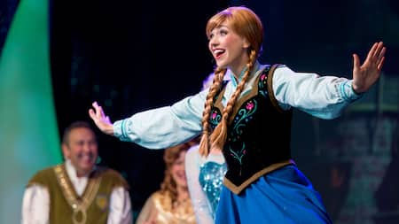 Anna sonríe mientras actúa en For the First Time in Forever: A Frozen Sing-Along Celebration