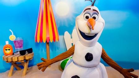 Olaf sorri aguardando os Visitantes em uma experiência de Encontro com Personagem no Disney's Hollywood Studios