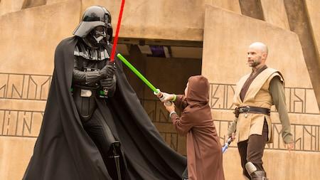 Un Visitante joven participa en una batalla de sables de luz con Darth Vader en Jedi Training: Trails of the Temple