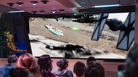 C-3PO pilote des visiteurs au-dessus de Jakku lors de Star Tours – The Adventures Continue à Disney's Hollywood Studios