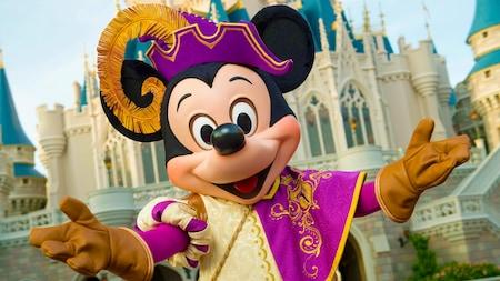 Mickey Mouse vestido a caráter para o Mickey's Royal Friendship Faire no Cinderella Castle do Magic Kingdom Park