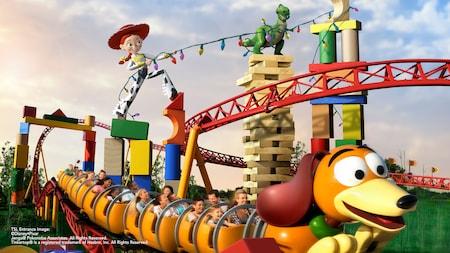 Visitantes animados se seguram firme e se divertem na atração Slinky Dog Dash no Disney's Hollywood Studios
