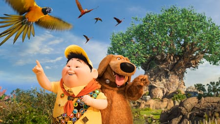 Russell y Dug observan loros volar cerca del Tree of Life