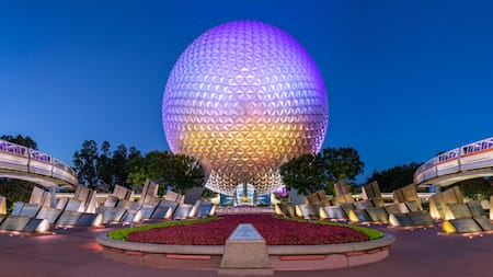 A Spaceship Earth perto de 2 trens do monotrilho