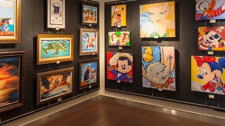 As paredes laterais de uma galeria de arte, cobertas com uma variedade de quadros de diferentes artistas Disney