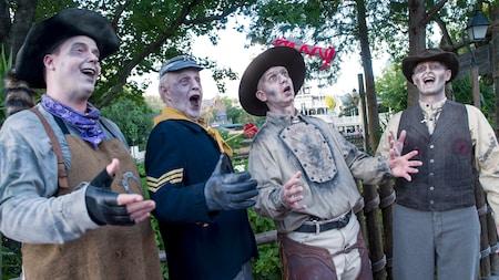 Le quatuor mort-vivant a capella connu sous le nom de Cadaver Dans en représentation pour des visiteurs au parc Magic Kingdom