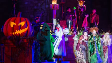 Des méchants de Disney se produisent durant le Hocus Pocus Villain Spelltacular au Mickey's Not-So-Scary Halloween Party